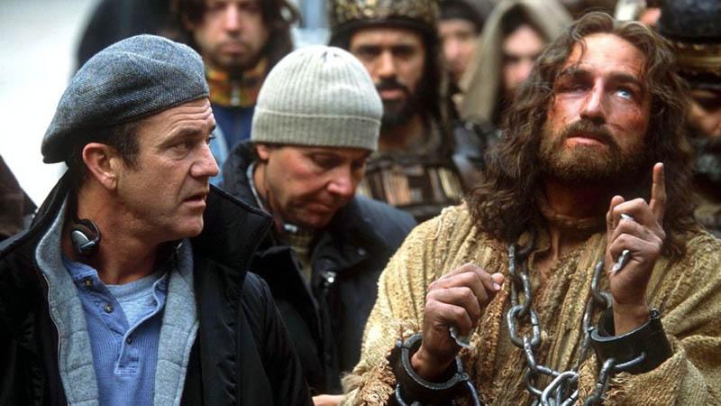 Мел Гибсон и Джеймс Кэвизел на съемках фильма Страсти Христовы